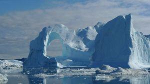 Severní pól leží uprostřed Severního ledového oceánu v hloubce kolem čtyř tisíc metrů.